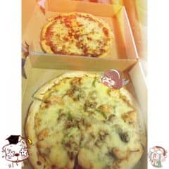 Pizza express - rating 4/10 bởi thực sự là lần đầu tiên ăn cảm thấy 1 kiểu pizza rất khó hiểu ??? Vì mình nhầm lẫn tên cửa hiệu nên đành mua ăn thử. Lớp phủ hoàn toàn ko phải phô mai mozzarella, rời rạc, ko béo ko dai ko ngậy, đế bánh khô, nhân có vị mặn mặn chứ ko thơm hay gì cả. Giá 230k/2c là quá rẻ đúng với chất lượng. Nếu muốn ăn pizza thực thụ các bạn nên thưởng thức ở alfresco nhé! Đáng giá đồng tiền bát gạo ^^